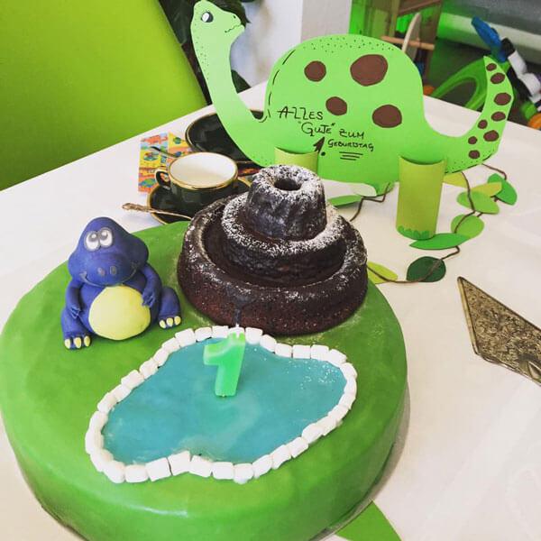 Dinosaurier-Torte zum Kindergeburtstag