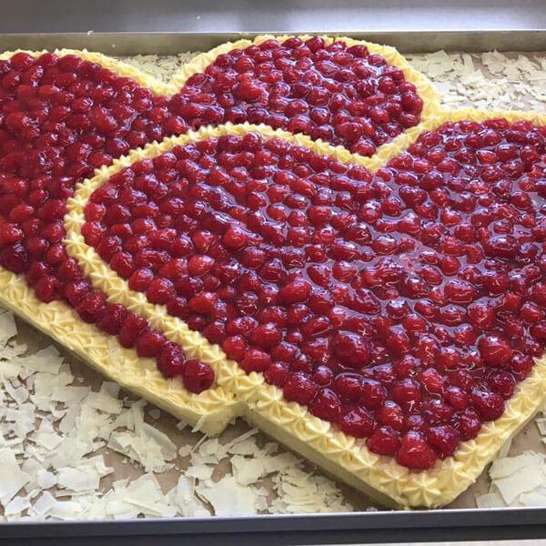 Kuchen als Himbeer-Herzen